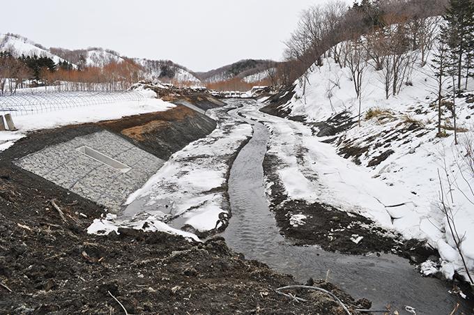 すぐ上流では川幅が広げられていた。その上流にスリット式の砂防ダムがあった。川の砂利の大きさは小ぶりのものばかりで、勾配の小さな、緩やかな流れの川と分かる。本当に必要な工事なのだろうか…?