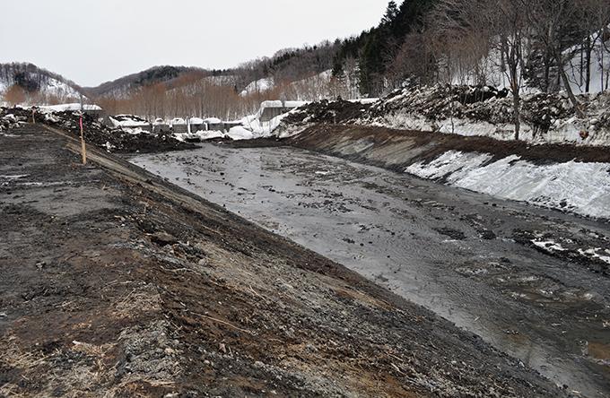 スリット式砂防ダムが立ちはだかっている。砂利の大きさは小ぶりのものばかりだ。
