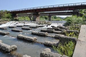 さらに下流にはJRの鉄橋があり、川底が下がらないように落差工が設置されている。