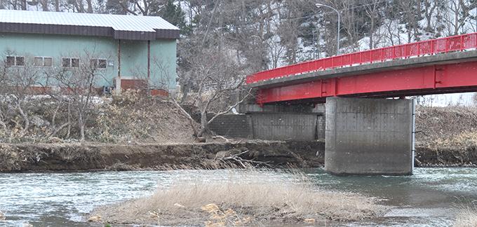 2013-03-30・加工済・トリム・厚沢部川・松園橋・橋台付近の気になる崩壊・DSC_0092