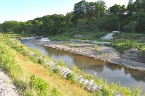 農業用取水口には水が寄りつかなくなっている。カーブの内側に堆砂することは最初から分かっている筈だが…? 2013年6月7日。