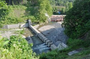 スリッと式ダムと鋼鉄製アングルダムの配置。