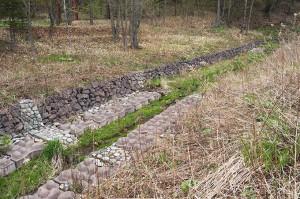 自然の谷川だったのに…コンクリートで固められてしまった。
