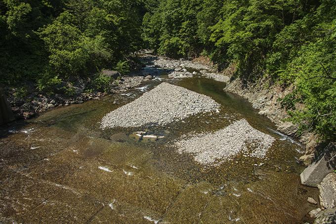 須築川砂防ダム直下。小ぶりな砂利が目立つ。2014年6月25日。