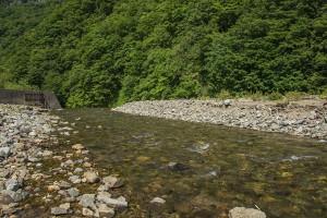 須築川砂防ダムはすでに満砂状態で、上流へ向かって砂利が溜まり続けている。この砂防ダムから流れ落ちるのは小ぶりの石ばかりである。2014年6月25日。