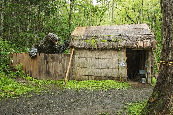 ヒグマ(羆)に襲われた民家が再現されていた。