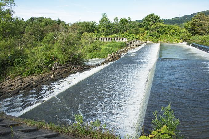 農業用取水堰の数百メートル下流には砂利を止める機能のある落差工(砂防ダム)がある。下流側は川底が下がり、護床ブロックはグシャグシャ、川岸も崩れ、護岸ブロックも崩れている。そればかりか、落差工の護床コンクリート板も壊れはじめている。