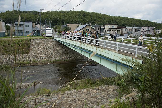 真駒内川でひっきりなしに行われている河川工事現場を見学した。(学園橋)