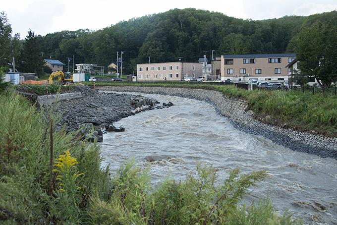 右側の護岸の盛土は前回同様に流された。