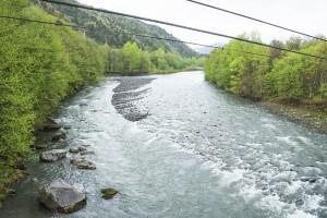 川底の砂利の大きさが小ぶりだし、川底も下がり、川岸が崩れて川幅が広がっている。