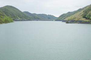 遙かに十勝ダムの堤体が見える。