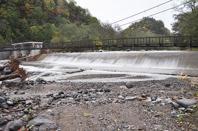 取水用のダム。ダム直下に粒径の砂利が目立ち、川底が下がっている。