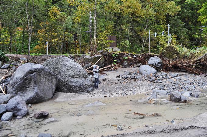 忠別川は巨石があって川底が安定する川である。人物から巨石の大きさを知ってほしい。
