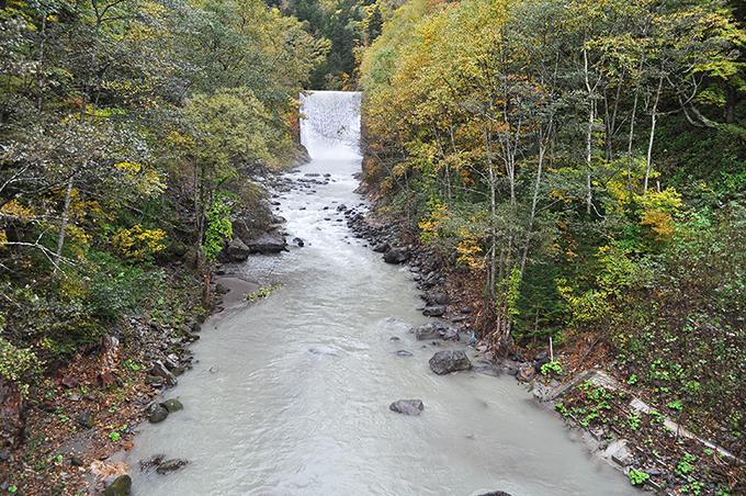 】忠別川の支流のクワウンナイ川にも巨大なダムがあった。直下の河床があまり下がっていないのは岩盤だからだと思われる。