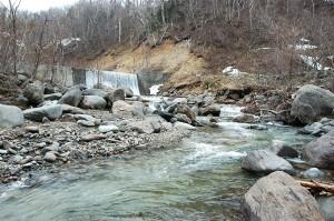 少し上ったところで、最初の治山ダムが見えてきた。治山ダムの下流は川底が下がり、川岸が崩れ、山の斜面がズリ落ちているのが分かる。
