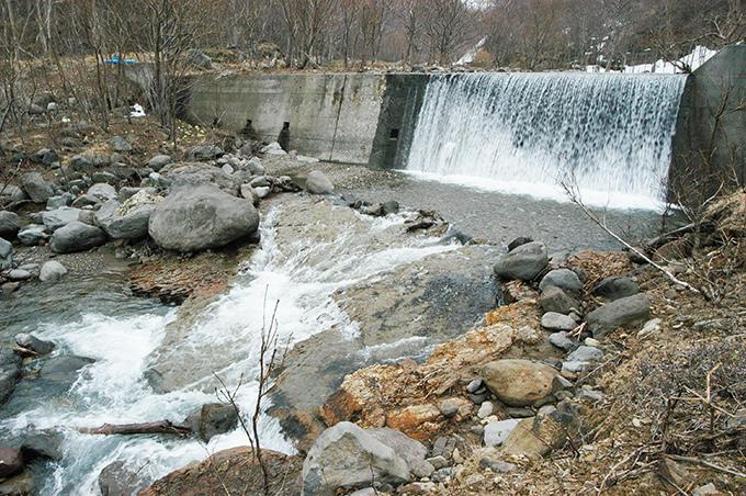 治山ダムの直下は砂利が流されて、川底には岩盤が見えている。