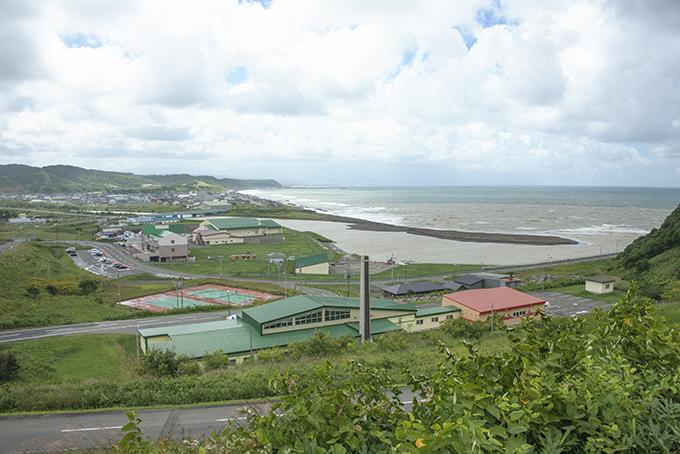 濃い泥水が日本海へ注いでいた。この濁り水は異常と思われるのだが、最近では誰も異常と思わなくなったのだろうか。海藻が泥を被ってしまえば、光合成ができなくなり、腐ってしまうだろう。日本海側では海藻が育たない「磯焼け」が見られるのだが…、泥水の影響は誰も注目していない。どうしてなのだろうか…?