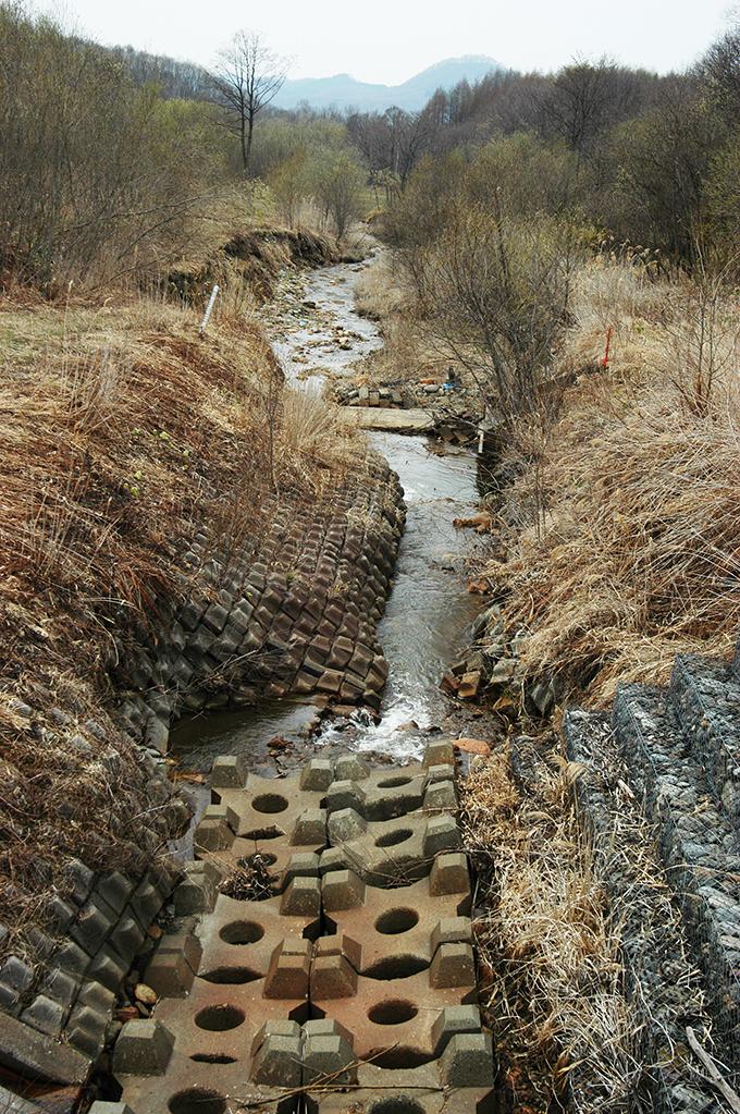 下流側は川底がかなり浸食されていた。これ以上川底が浸食されないように川底にはコンクリートブロックが敷き詰められている。