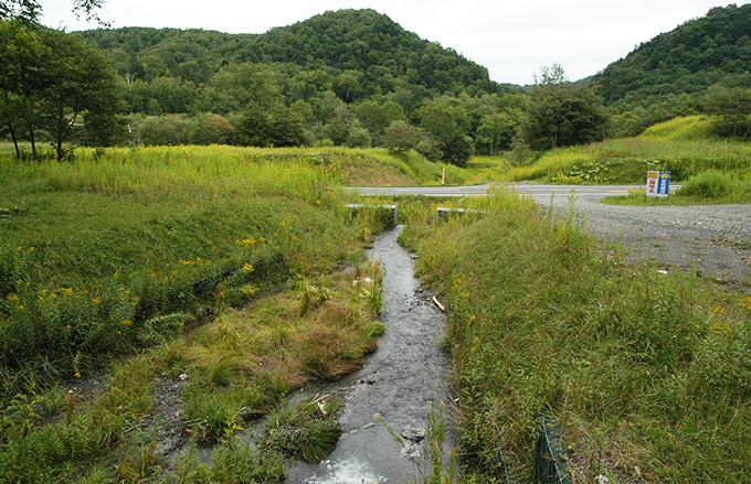 道道610号線。左が占冠村へ、右が国道274号線方向だ。