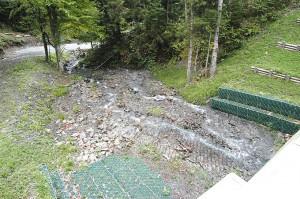 4つ目の治山ダムの下流側。川底が下がり、左右の川岸が崩れだすことだろう。