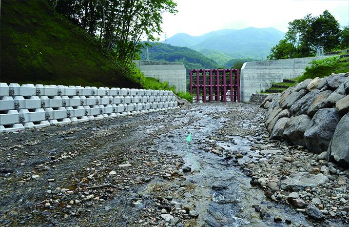 ②鋼鉄製アングル式砂防ダム