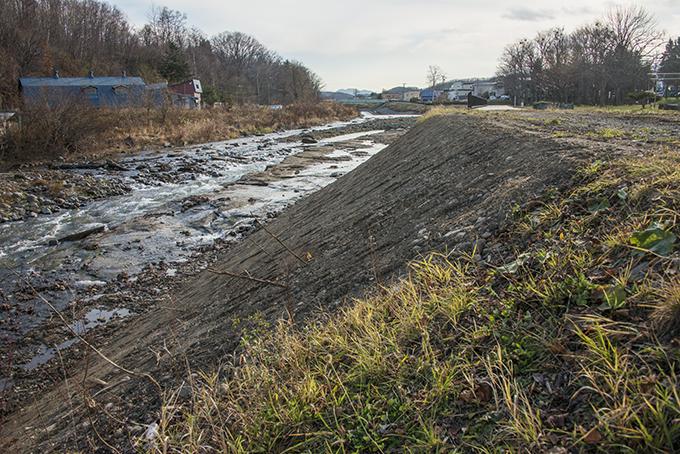 写真右側(左岸)の盛土も小砂利と土を盛ったもの。増水したら流されることは誰でもわかることなのだが…何度も何度も同じ事を繰り返し、土砂を運ぶ手間や土砂を保管する手間を省いている。こんなこと許されるのでしょうかね。2015年11月19日