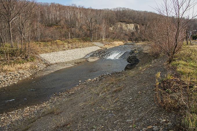 上流の砂利が下流に流れ出さないように止めるために新設した流路工。2015年11月19日