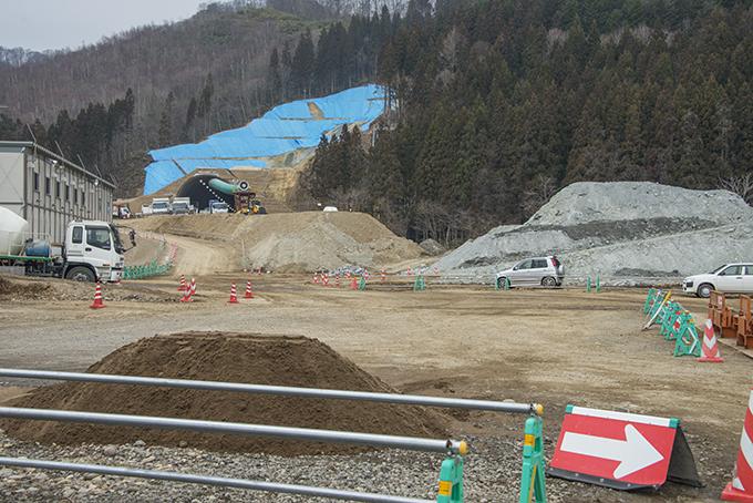 2016-04-07・加工済・北海道新幹線・立岩トンネル工事現場・右の灰色の盛土がフッ素含む掘削土・KAZ_0077