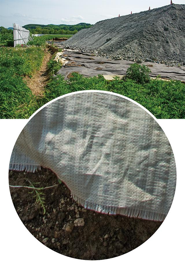 防水シートとは化繊の織物だ。かつ、すき間だらけに置いただけのものだ。有害重金属土壌浸透ダダ漏れだろう。横に流れた水は溝から土壌浸透するし、溢れ出したら、牧草地を汚染する。呆れるばかりだ。