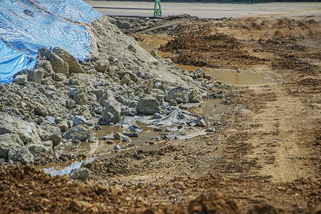 有害重金属含有の掘削土のずさんさが見える。こんな管理をしていたのでは、有害重金属が水に溶出、土壌汚染、さらには地下水汚染へと広がるばかりだ。