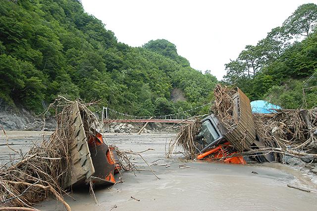 建設中の平取ダム付近にも大量の土砂が押し寄せ、重機を泥で埋めた。重機を埋めるほどの土砂の量は尋常ではない。撮影:2003年8月12日