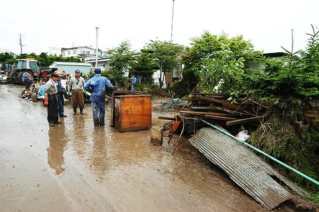 二風谷ダムから放流し、水位が上昇しているのに、水門が開け放たれていた。逆流して民家は飲み込まれ、大量の泥を被る甚大な被害を受けた。撮影:2003年8月11日