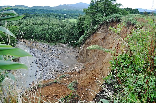 高台の農地が崩落したのに、専門家らはこの原因を説明もしていないのだ。
