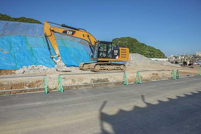 有害重金属含有の掘削土は工事現場敷地所狭しと積み上げられ続けている。撮影:2016年7月12日