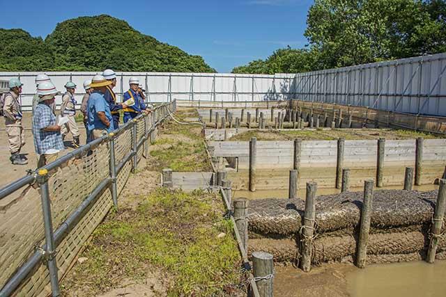 こちらは降雨時に敷地内で発生する濁水を処理する雨水沈澱池。撮影:2016年7月12日