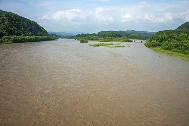 二風谷ダム流れ込みには貯砂ダムがあり、橋が架かっている。その橋の上から上流を見た。左が沙流川本流、右が支流の額平川である。額平川は平取ダムが建設中である。