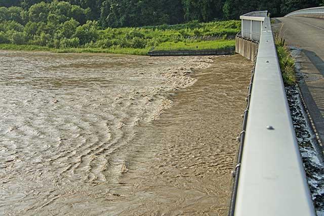 貯砂ダムを越えて二風谷ダムに流れ込むひどい泥水