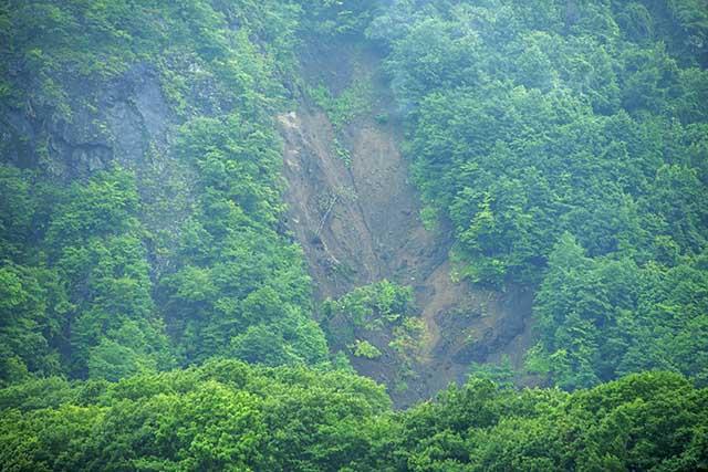 神聖な山「チノミシリ」が崩れていた。平取ダムが完成すれば、さらに山は崩れることだろう。