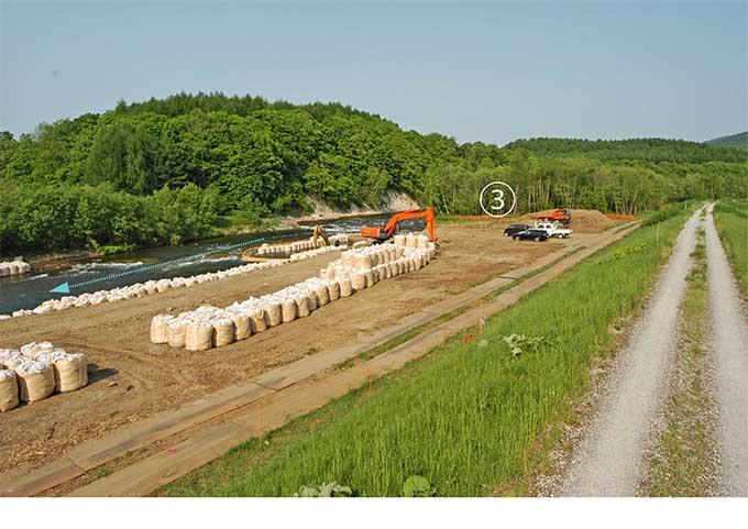 堤防と流路の間の河畔林をすべて伐り払って護岸工事が行われた。撮影:2007年6月12日